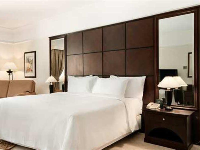Hotelzimmer mit Tennis im Radisson Blu Hotel & Resort, Al Ain