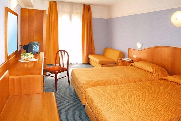 Hotelzimmer mit Tischtennis im Hotel Palme & Suite
