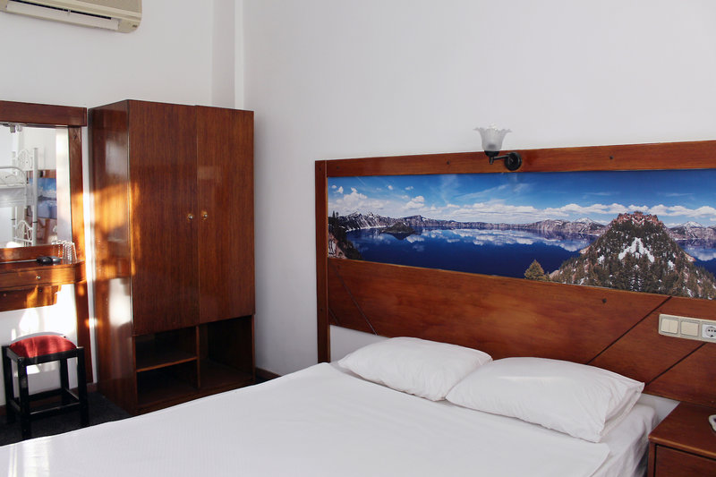 Hotelzimmer mit Mountainbike im Semoris Hotel