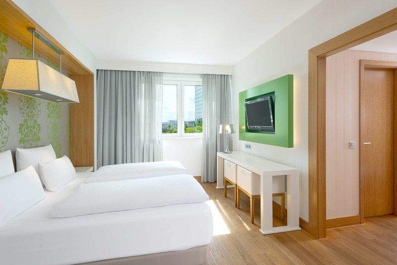 Hotelzimmer mit Hochstuhl im NH Frankfurt Messe