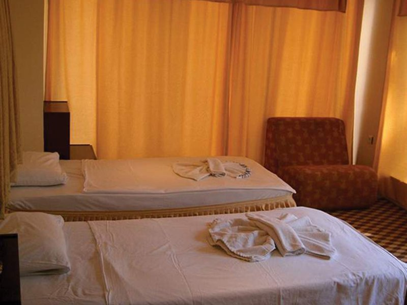 Hotelzimmer mit Tischtennis im Panormos Hotel