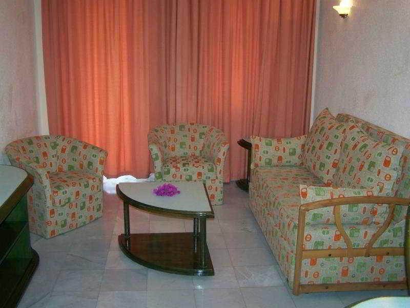 Hotelzimmer mit Tischtennis im Club Mel Holiday Resort