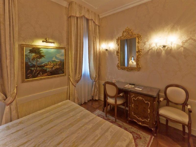 Hotelzimmer im Canal Grande günstig bei weg.de