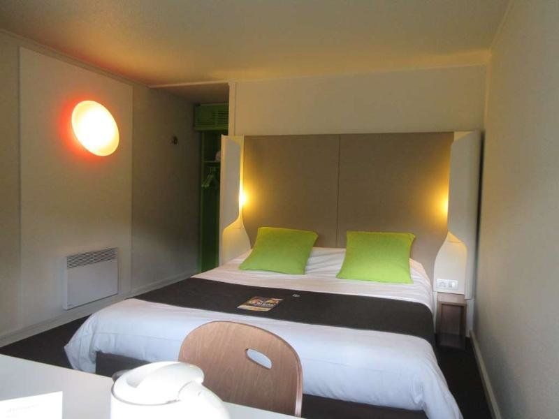 Hotelzimmer mit Klimaanlage im Campanile Bayeux