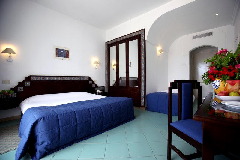 Hotelzimmer mit Mountainbike im Homere Hotel