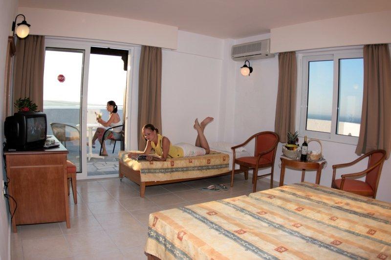 Hotelzimmer mit Tischtennis im Semiramis Village Hotel