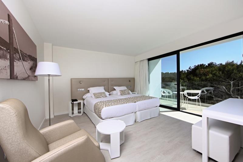 Hotelzimmer mit Volleyball im Iberostar Cala Millor