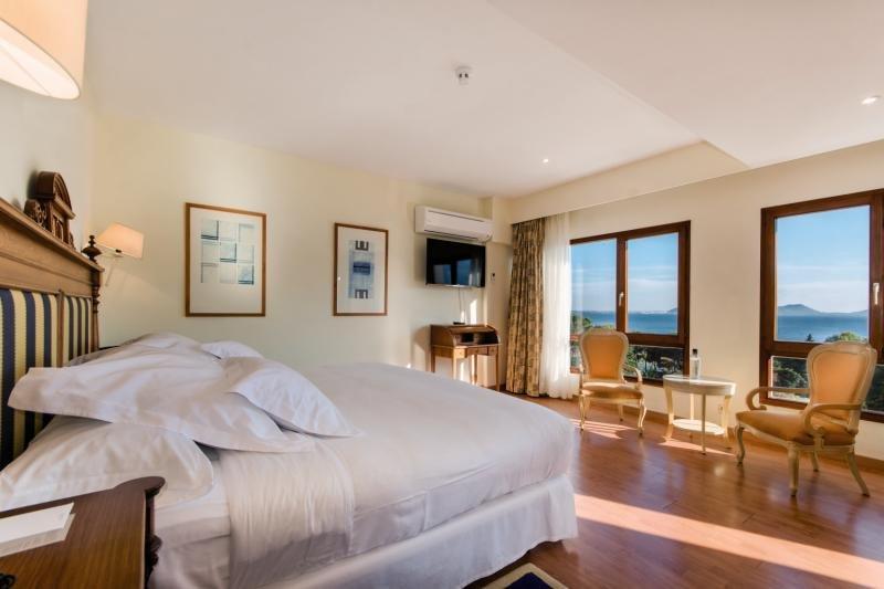 Hotelzimmer mit Mountainbike im Formentor a Royal Hideaway Hotel