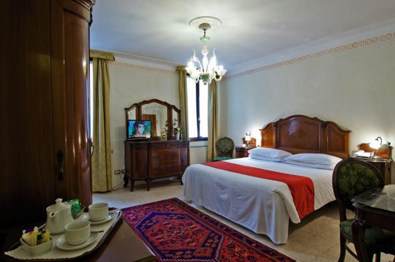 Hotelzimmer mit Aufzug im La Fenice et des Artistes