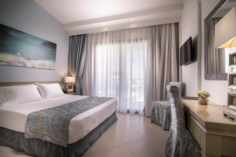 Hotelzimmer mit Mountainbike im Flegra Palace Hotel