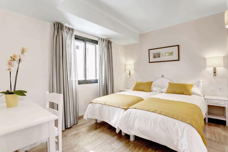 Hotelzimmer mit Volleyball im Grupotel Mar de Menorca