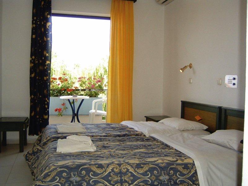 Hotelzimmer mit Volleyball im Apollo Hotel I