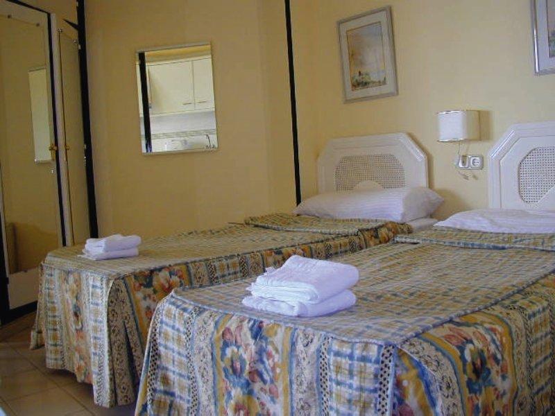 Hotelzimmer mit Wassersport im Apartamentos Mediterráneos