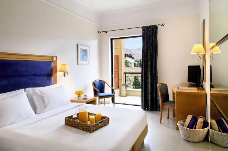 Hotelzimmer mit Volleyball im Mitsis Lindos Memories Resort Beach Hotel