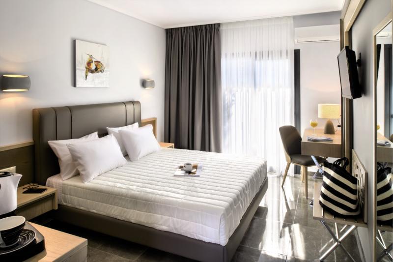 Hotelzimmer mit Tischtennis im Philoxenia Hotel