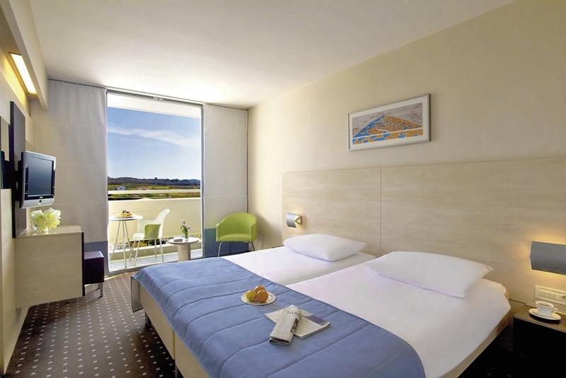 Hotelzimmer mit Volleyball im Valamar Diamant Hotel