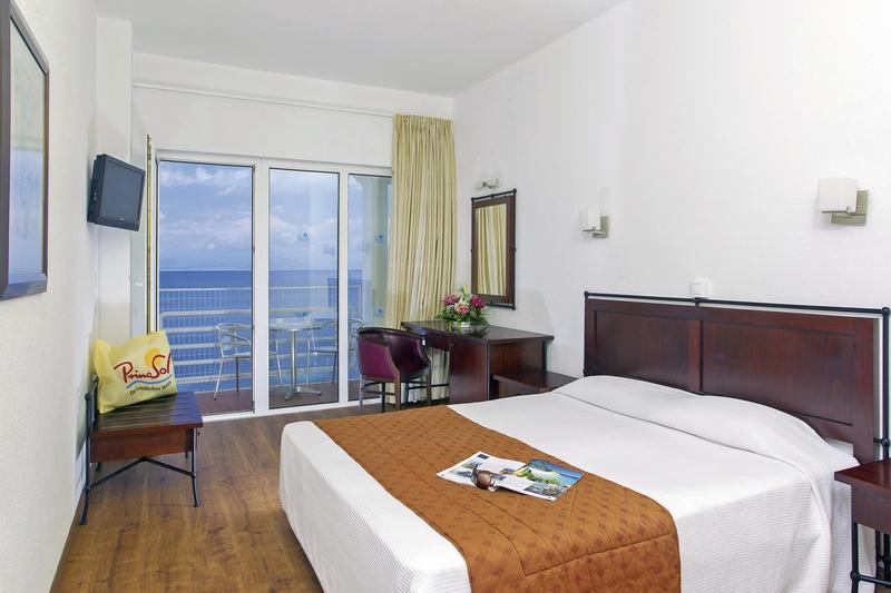 Hotelzimmer mit Mountainbike im Primasol Louis Ionian Sun