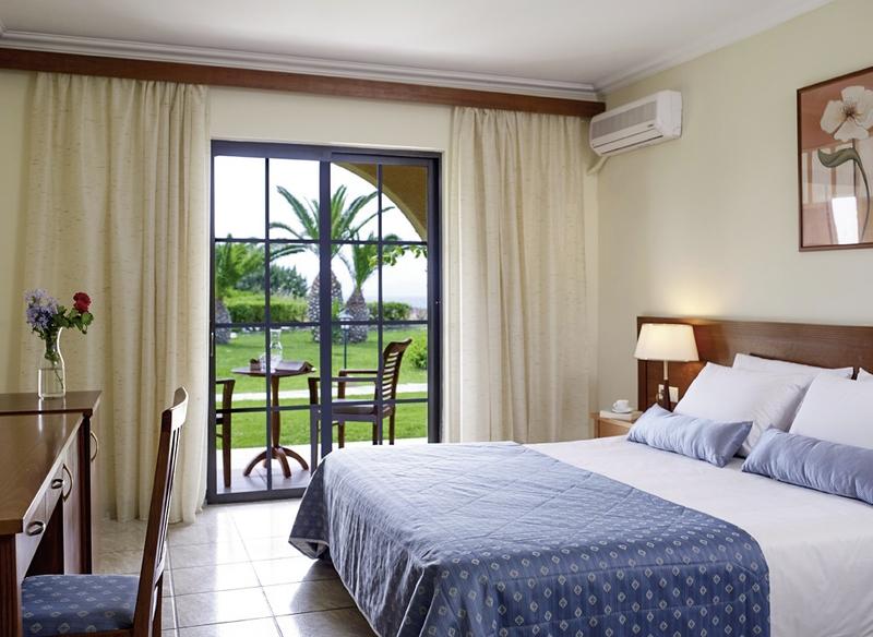 Hotelzimmer mit Volleyball im Atlantica Porto Bello Beach