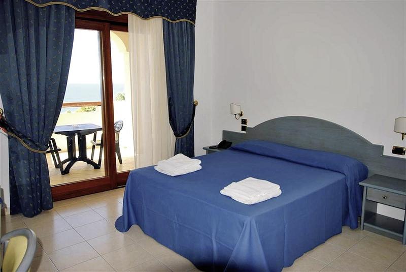 Hotelzimmer mit Volleyball im Hotel Scoglio del Leone