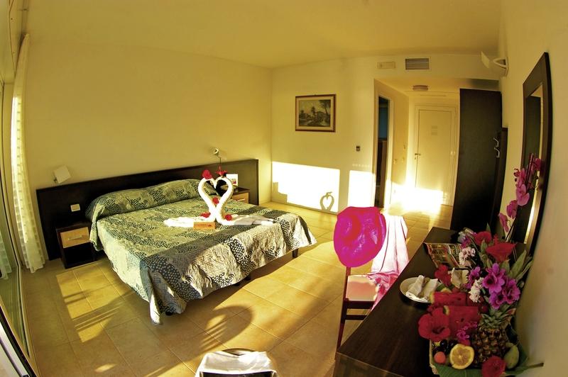 Hotelzimmer mit Tischtennis im Stromboli Villaggio