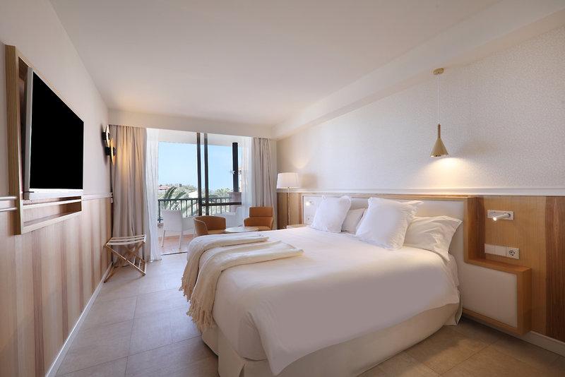 Hotelzimmer mit Mountainbike im Iberostar Selection Anthelia