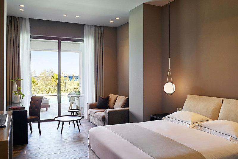 Hotelzimmer mit Mountainbike im Pelagos Suites