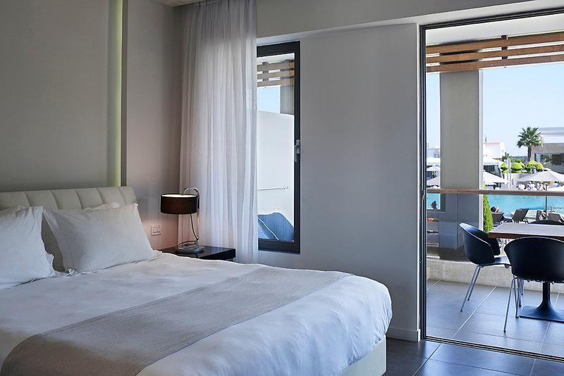 Hotelzimmer mit Volleyball im Pelagos Suites