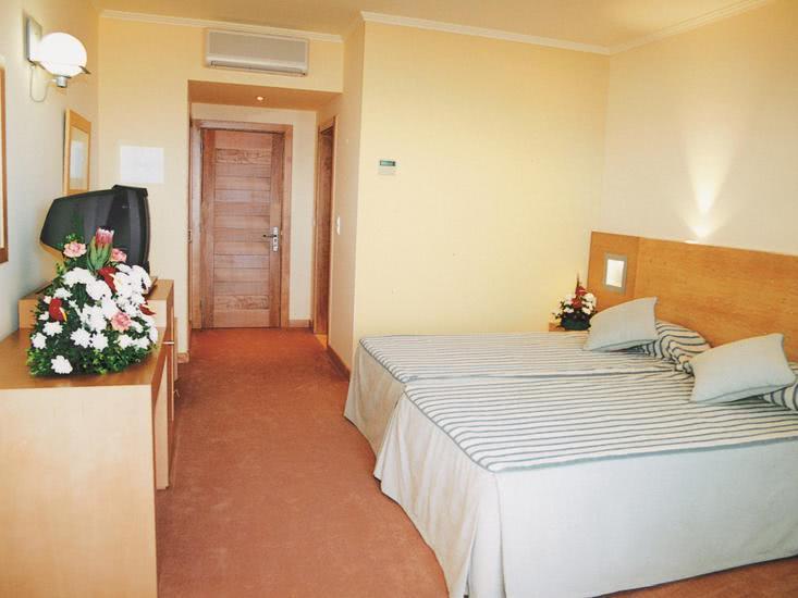 Hotelzimmer mit Tischtennis im Hotel Moniz Sol