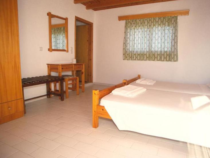 Hotelzimmer mit Mountainbike im Hotel Varelis