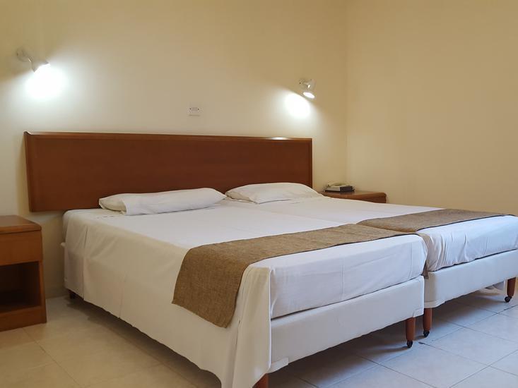 Hotelzimmer mit Tischtennis im Mandalena Hotel Apartments