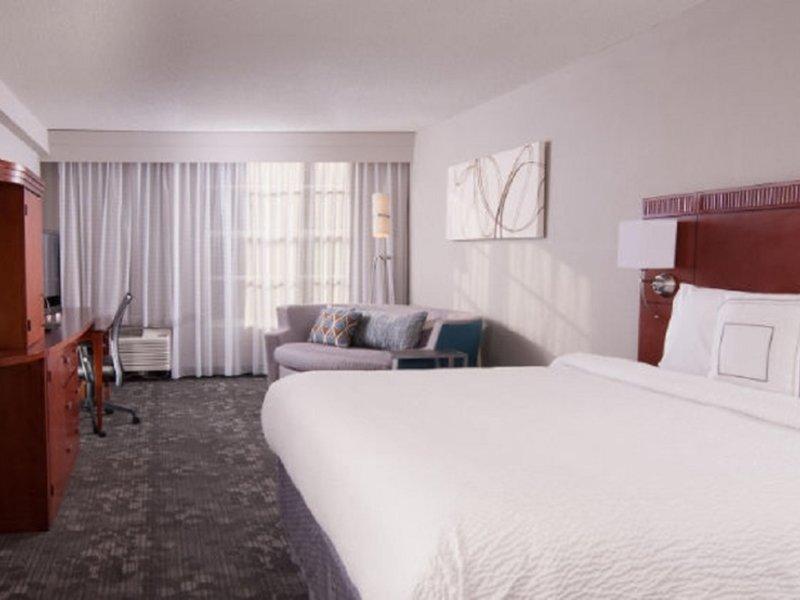 Hotelzimmer mit Hochstuhl im Courtyard Miami Coral Gables