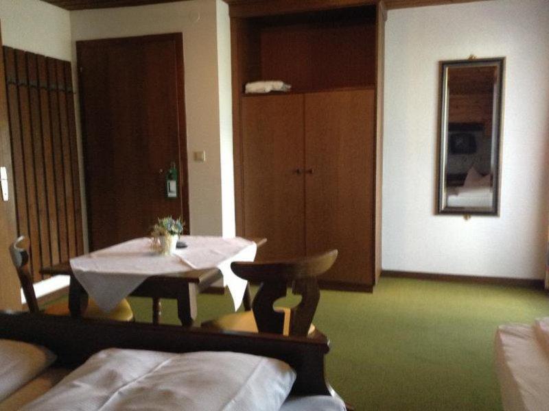 Hotelzimmer mit Mountainbike im St. Hubertushof
