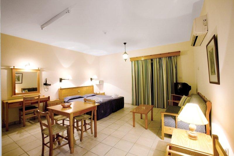 Hotelzimmer mit Volleyball im Kefalos Beach Tourist Village