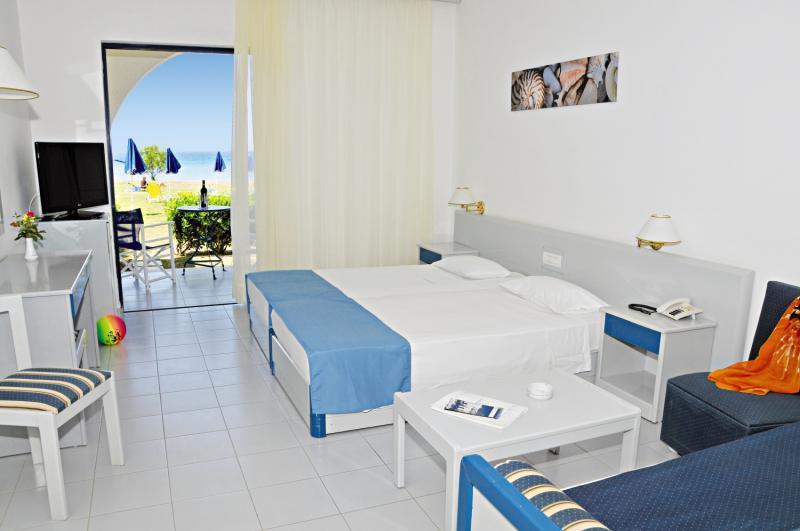 Hotelzimmer mit Volleyball im Aeolos Beach Hotel