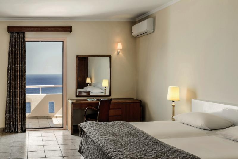 Hotelzimmer mit Volleyball im Mitsis Family Village Beach Hotel