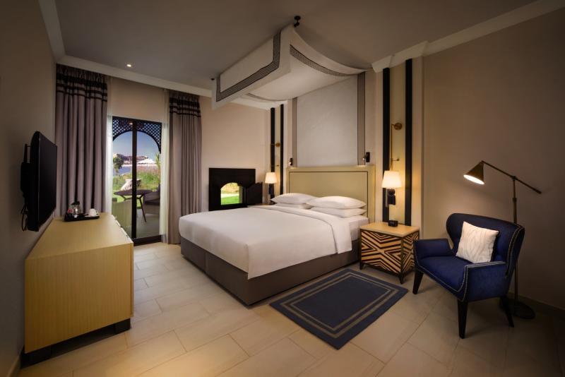 Hotelzimmer mit Yoga im Hilton Ras Al Khaimah Resort & Spa
