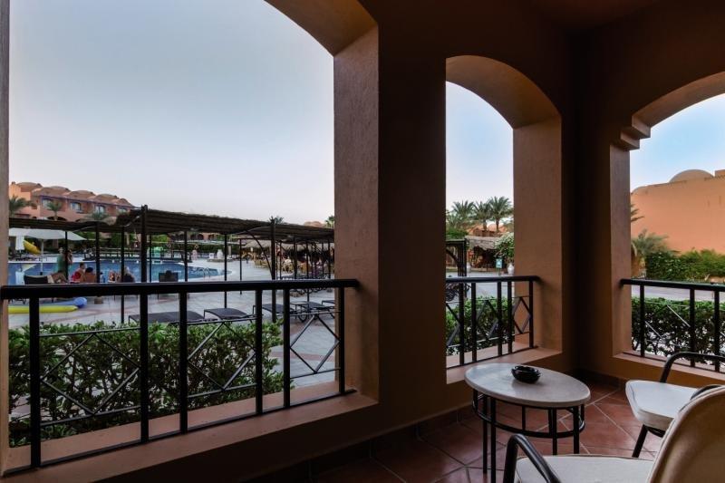 Hotelzimmer mit Volleyball im Jaz Makadi Oasis Resort & Club