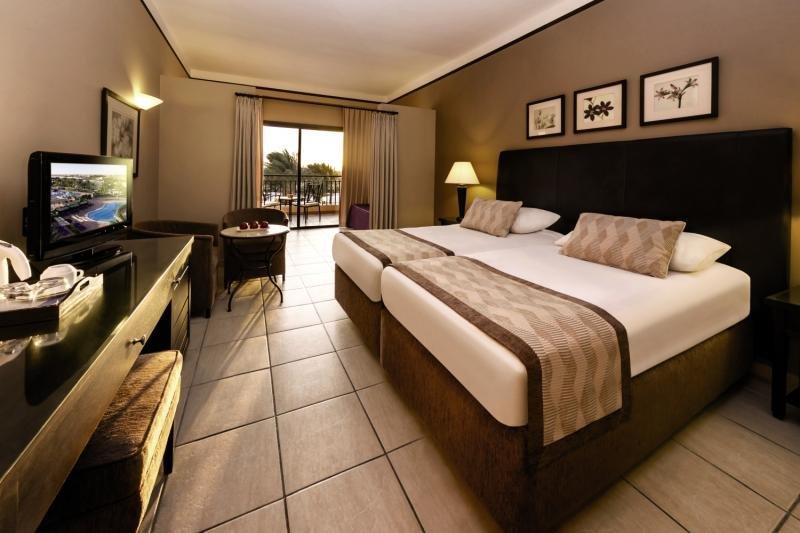 Hotelzimmer mit Volleyball im Jaz Lamaya Resort