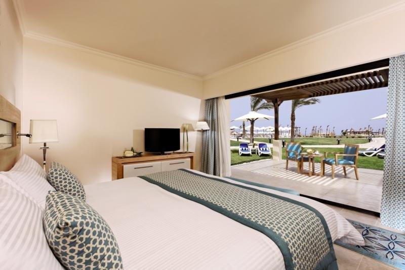 Hotelzimmer mit Volleyball im Mövenpick Resort Soma Bay