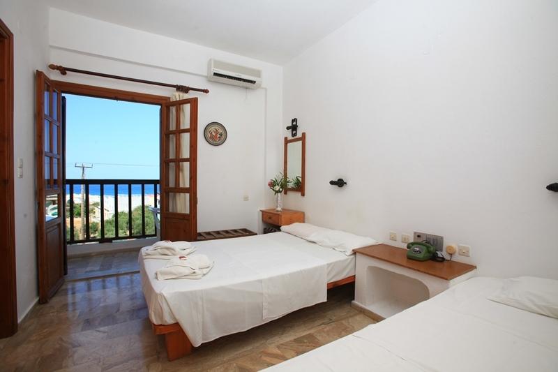 Hotelzimmer mit Mountainbike im Galini