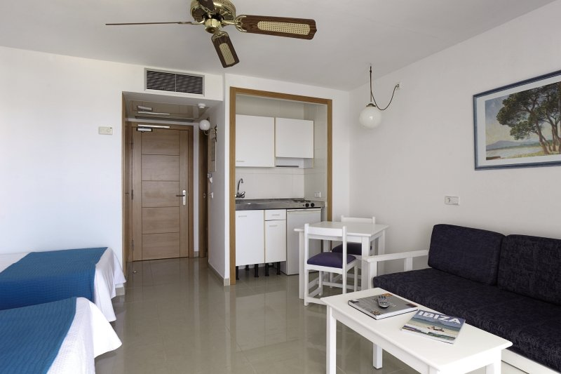 Hotelzimmer mit Mountainbike im Aparthotel Nereida