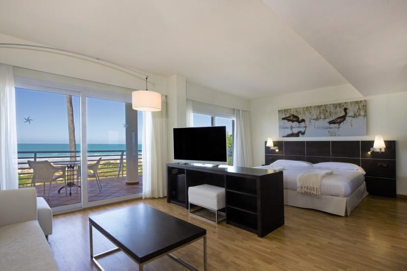Hotelzimmer mit Volleyball im Iberostar Royal Andalus