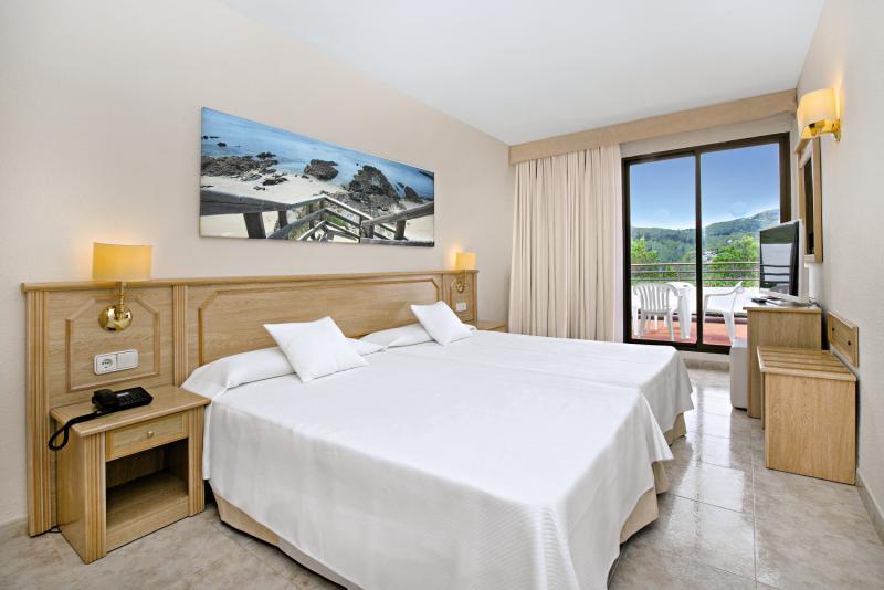 Hotelzimmer mit Mountainbike im Olé Galeón Ibiza
