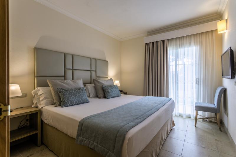 Hotelzimmer mit Volleyball im Hotel Zafiro Mallorca