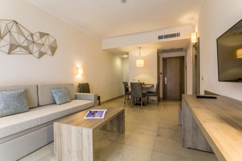 Hotelzimmer mit Mountainbike im Hotel Zafiro Mallorca