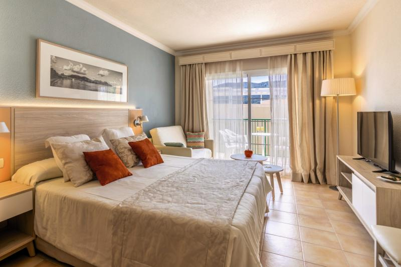 Hotelzimmer mit Volleyball im VIVA Cala Mesquida Resort & Spa
