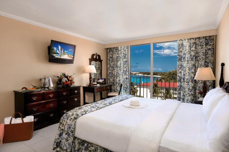 Hotelzimmer mit Volleyball im Breezes Resort & Spa Bahamas