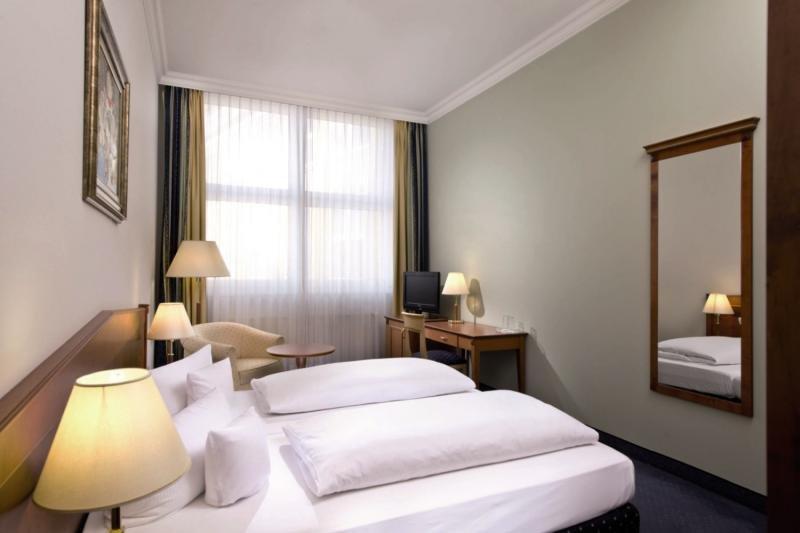 Hotelzimmer mit Hochstuhl im Wyndham Garden Berlin Mitte