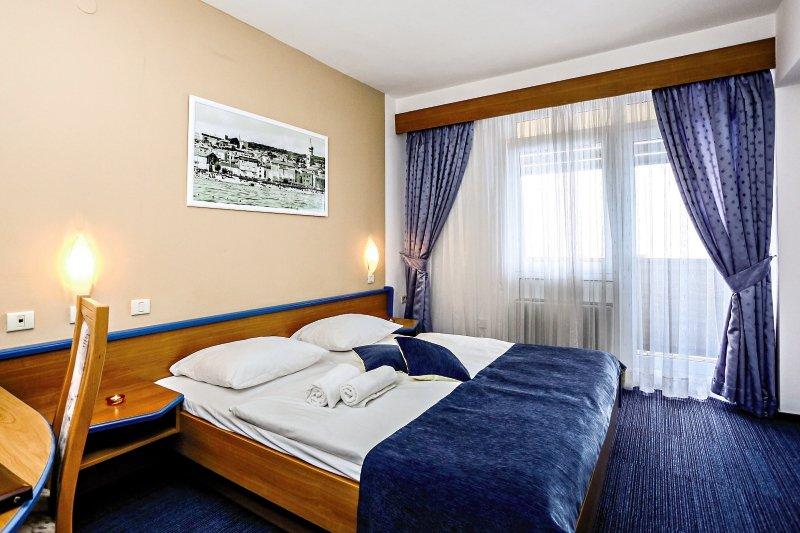 Hotelzimmer mit Mountainbike im Dražica Hotel Resort