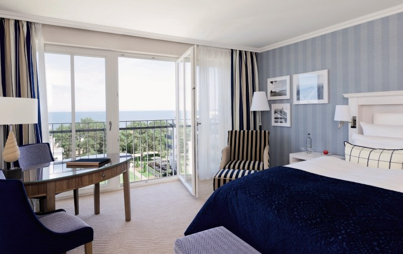 Hotelzimmer mit Mountainbike im Steigenberger Grandhotel & Spa